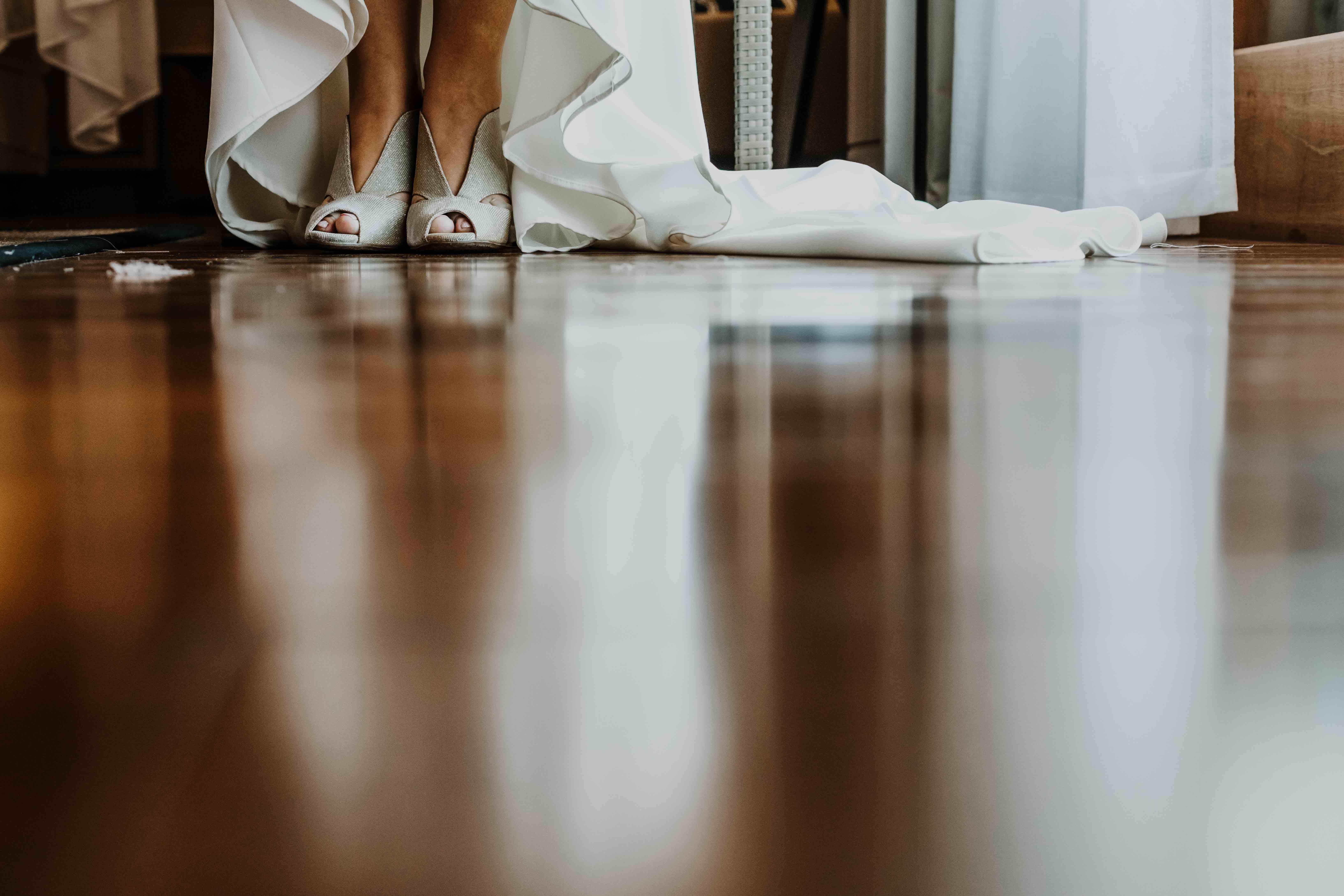 détail des chaussures de la mariée, reflet dans le parquet