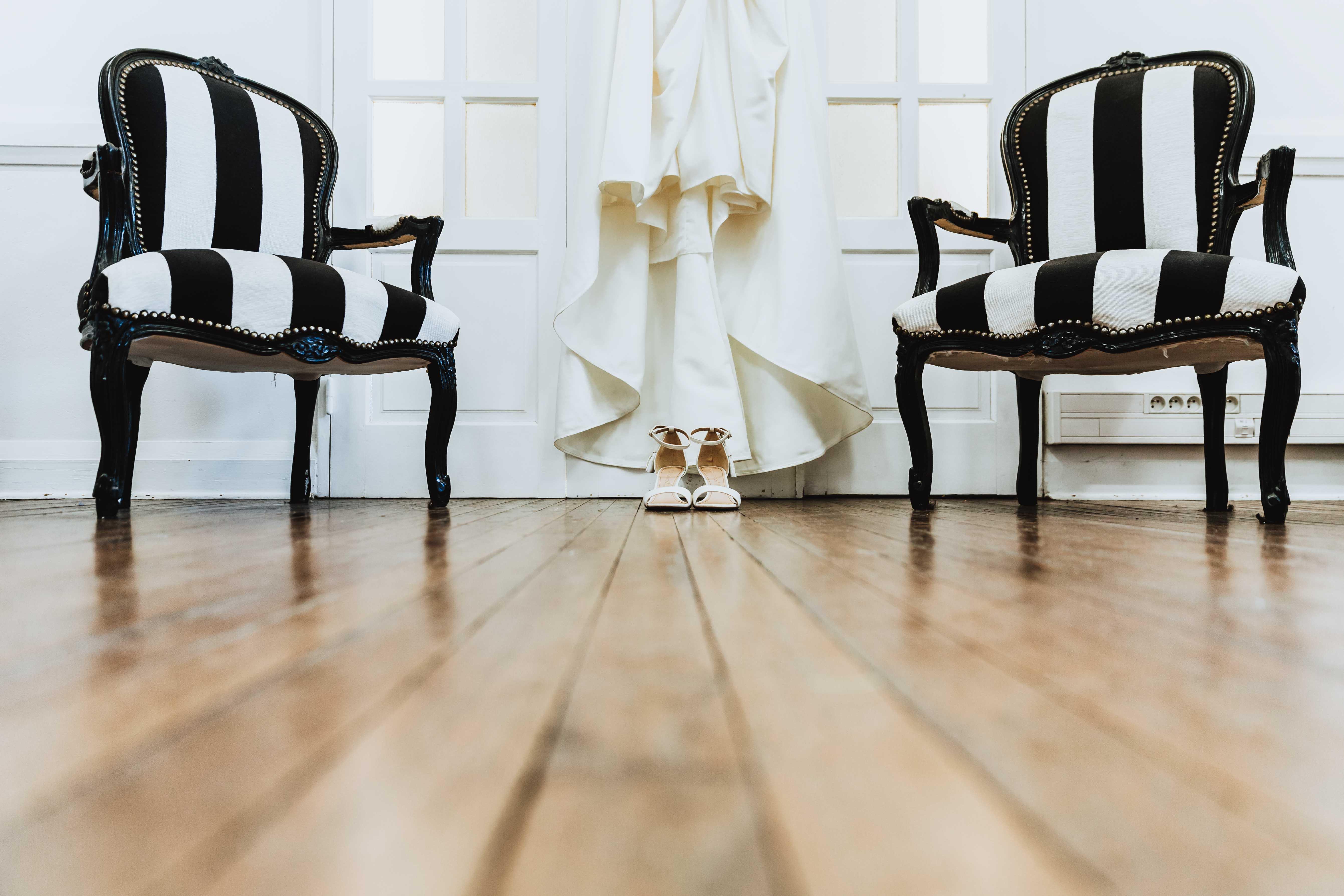 détail des chaussures et de la robe de la mariés, style rétro