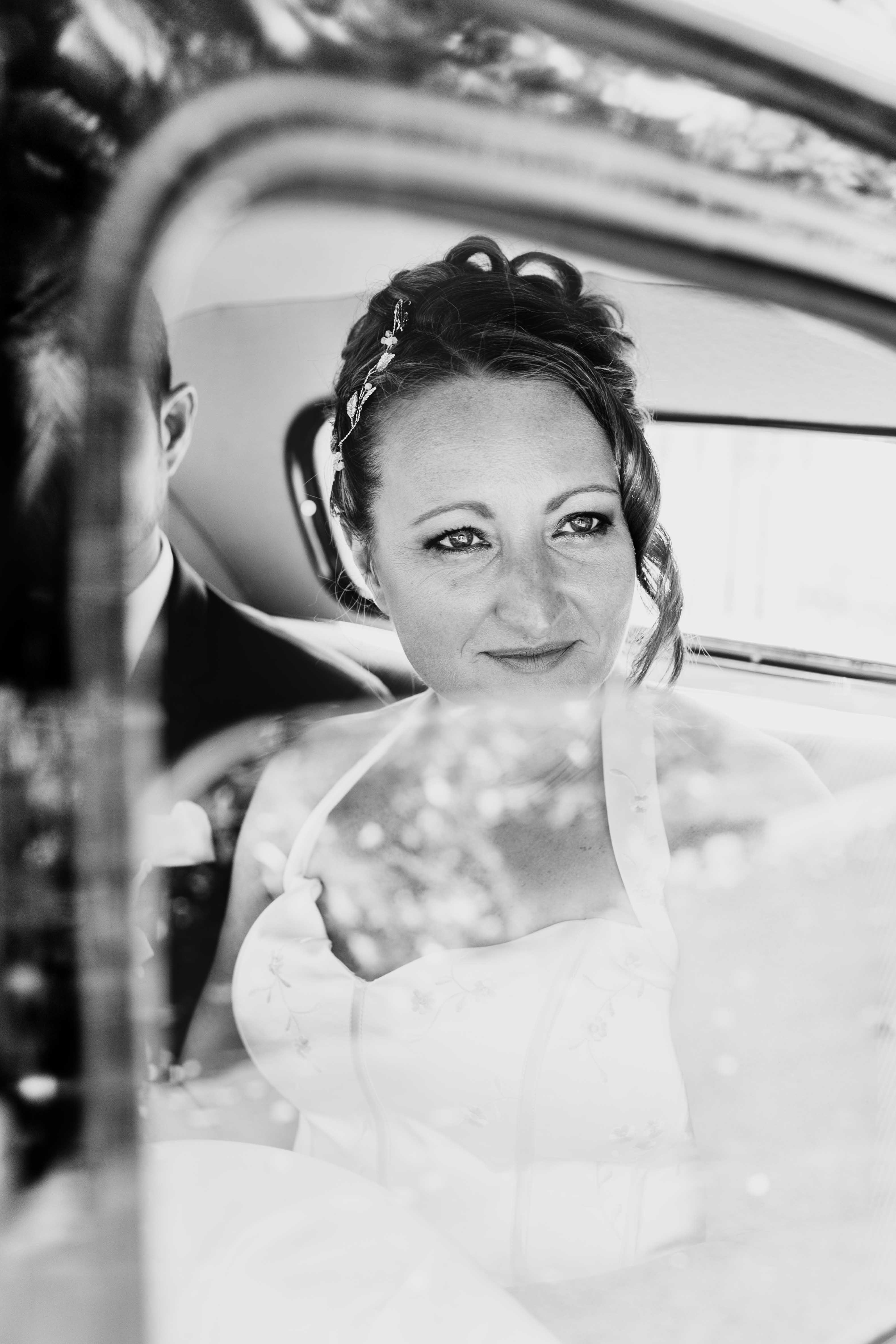 photo noir et blanc. la mariée attend dans la voiture