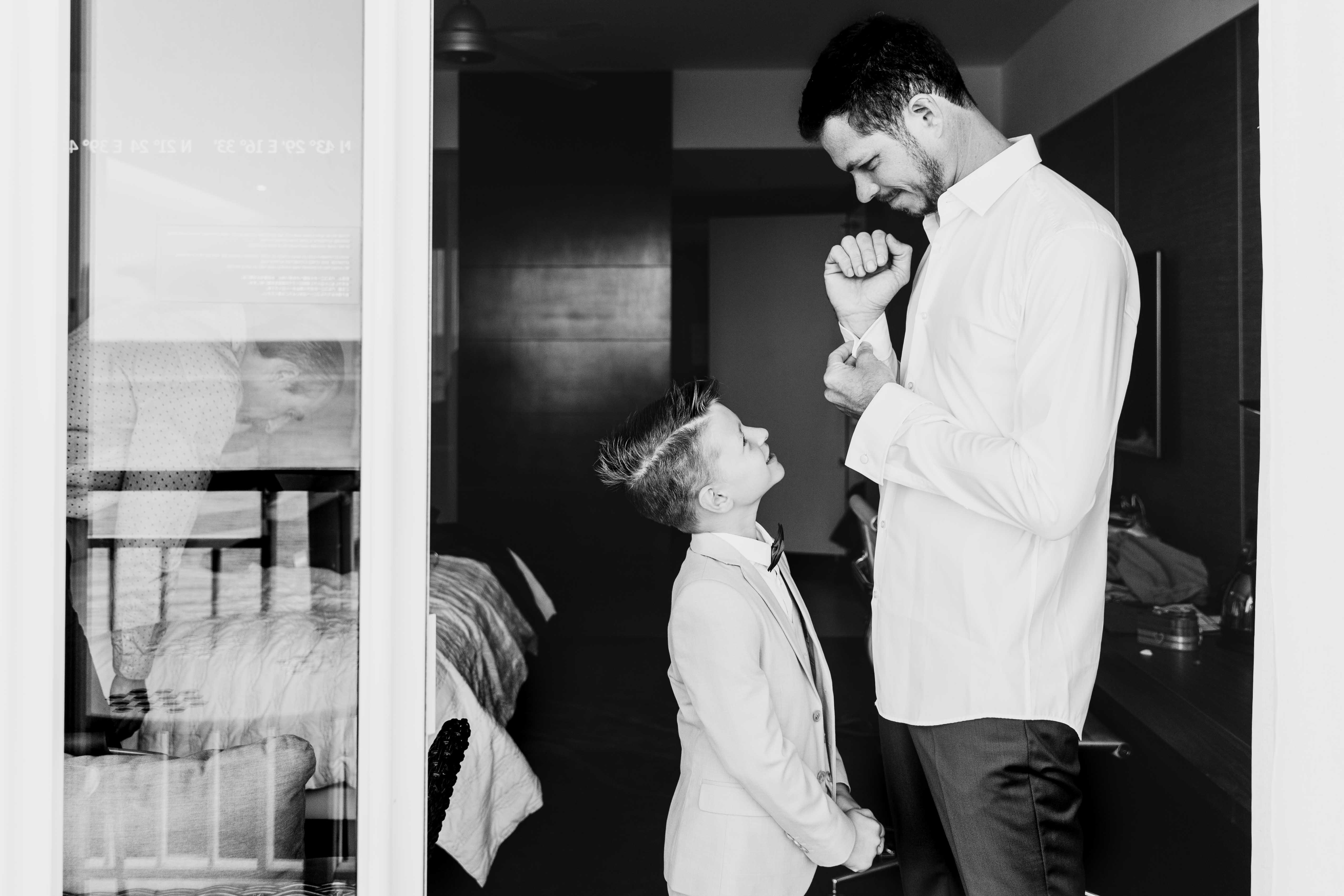 la marié et son fils se préparent ensemble pour le mariage, photo noir et blanc