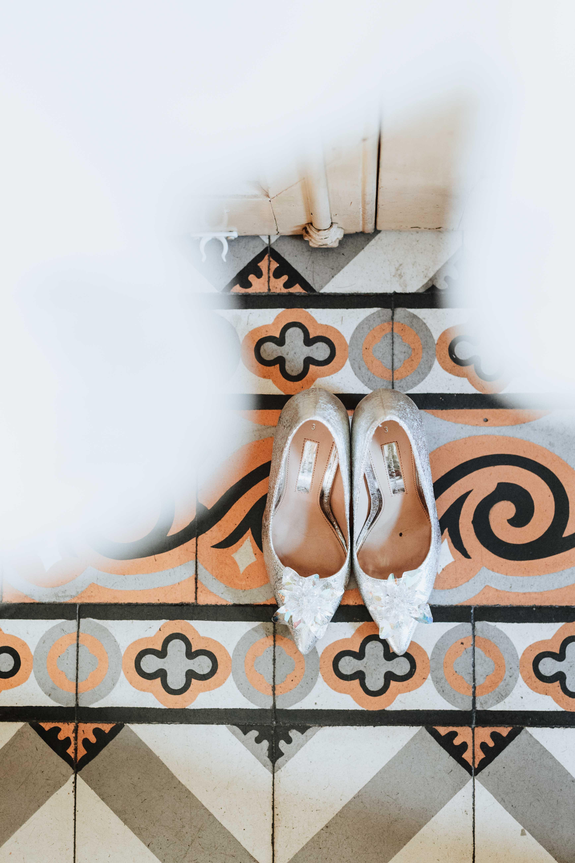 détail des chaussures de le la mariés dans une maison ancienne