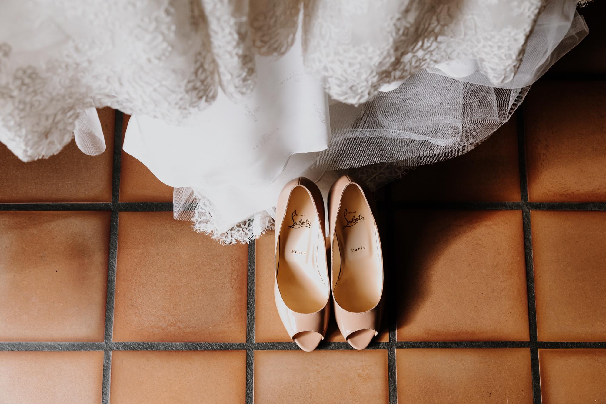 détail des chaussures louboutin et de la robe de la mariée