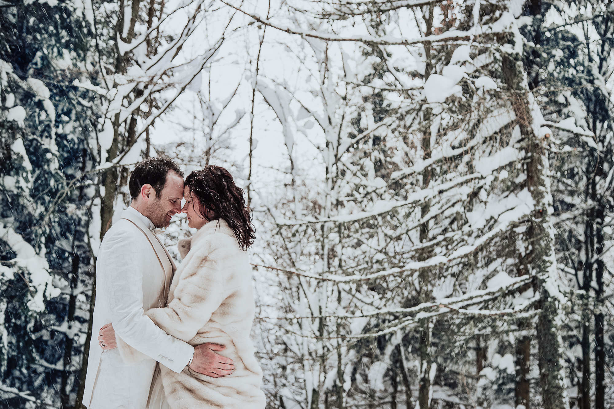 les mariés sont tête à tête sous la neige