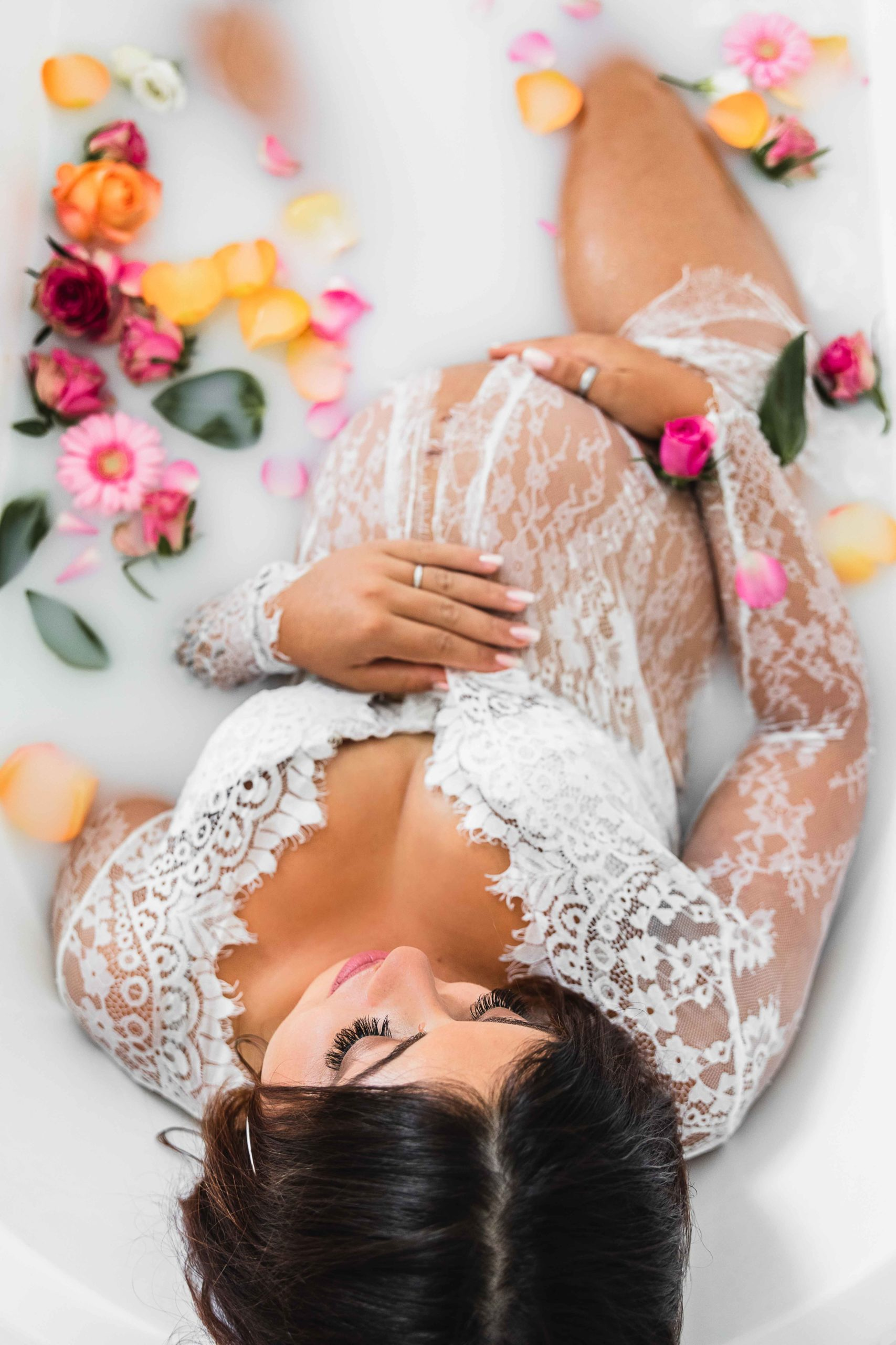 femme enceinte dans un bain de lait fleuri