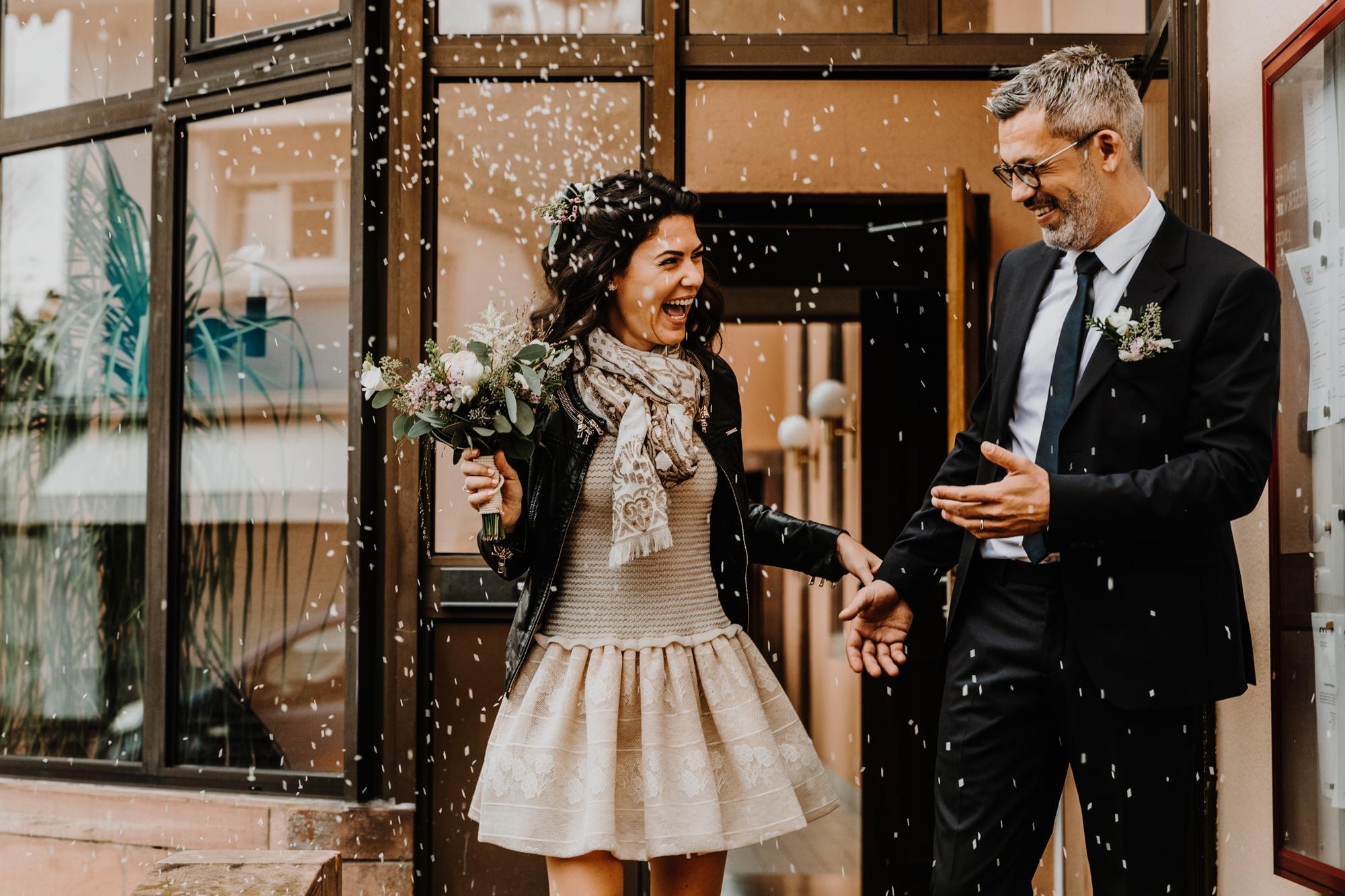 sortie de la mairie des mariés sous une pluie de riz