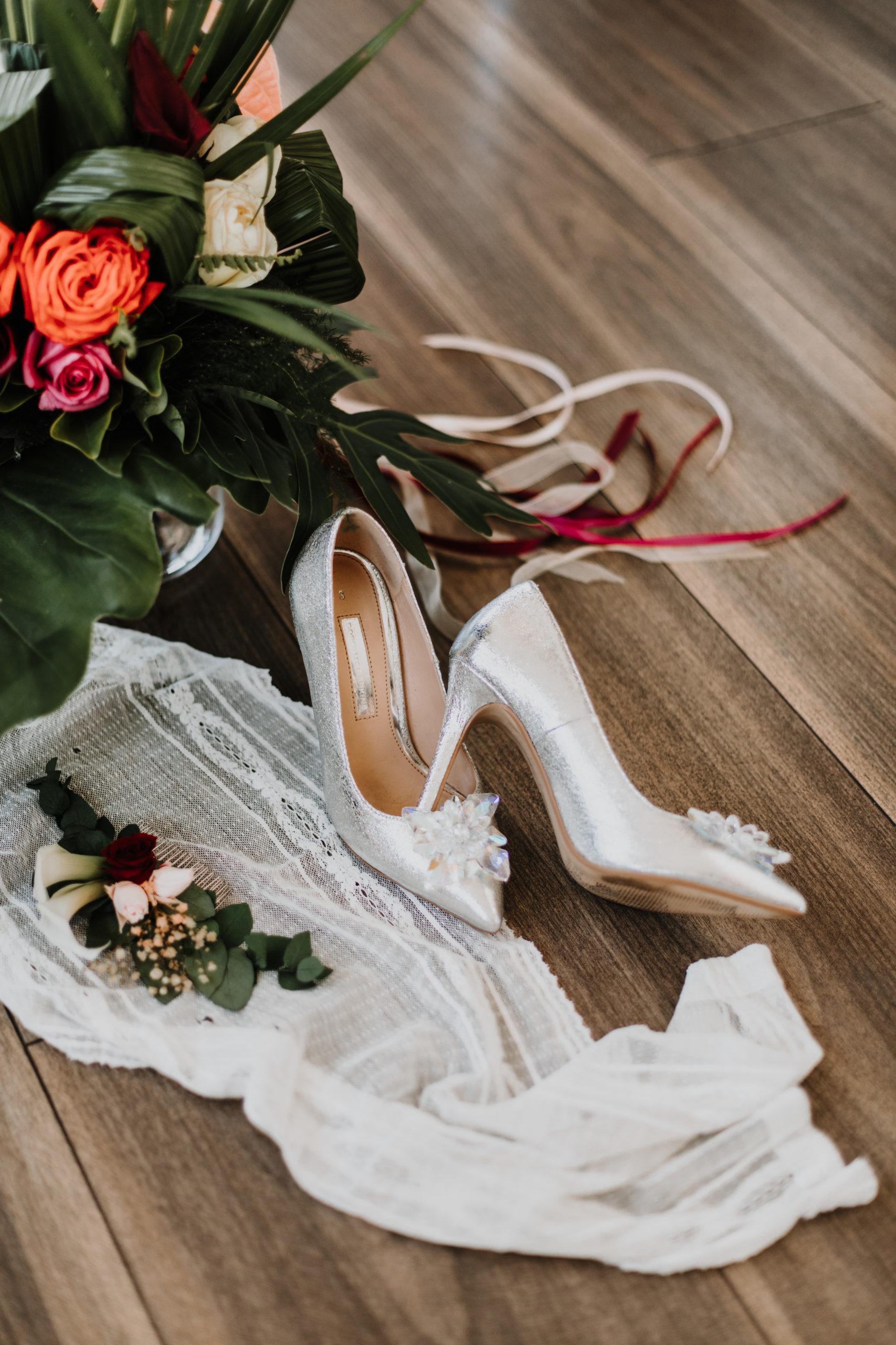 détail des chaussures de la mariées et du bouquet