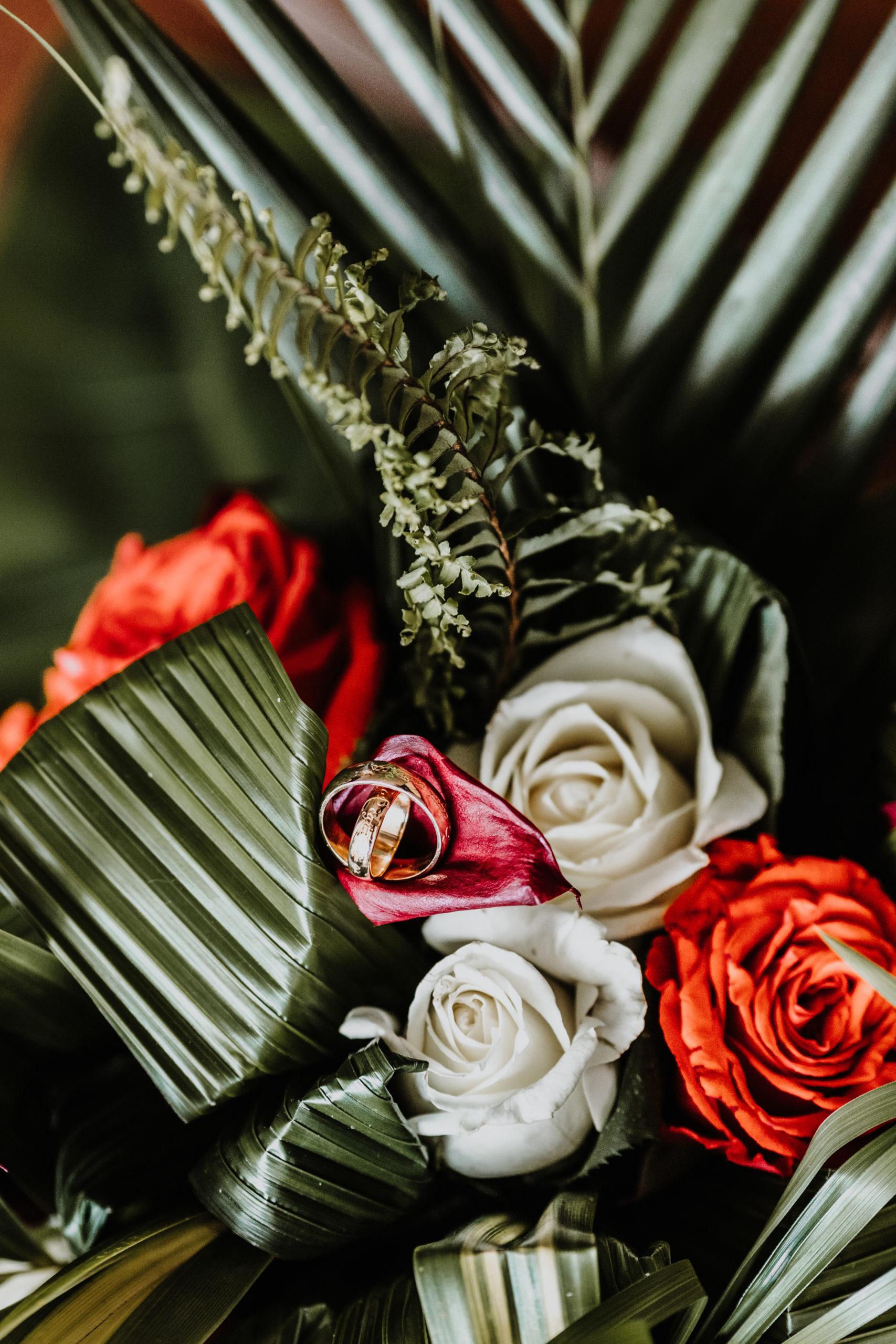 détail des alliances dans le bouquet de la mariée