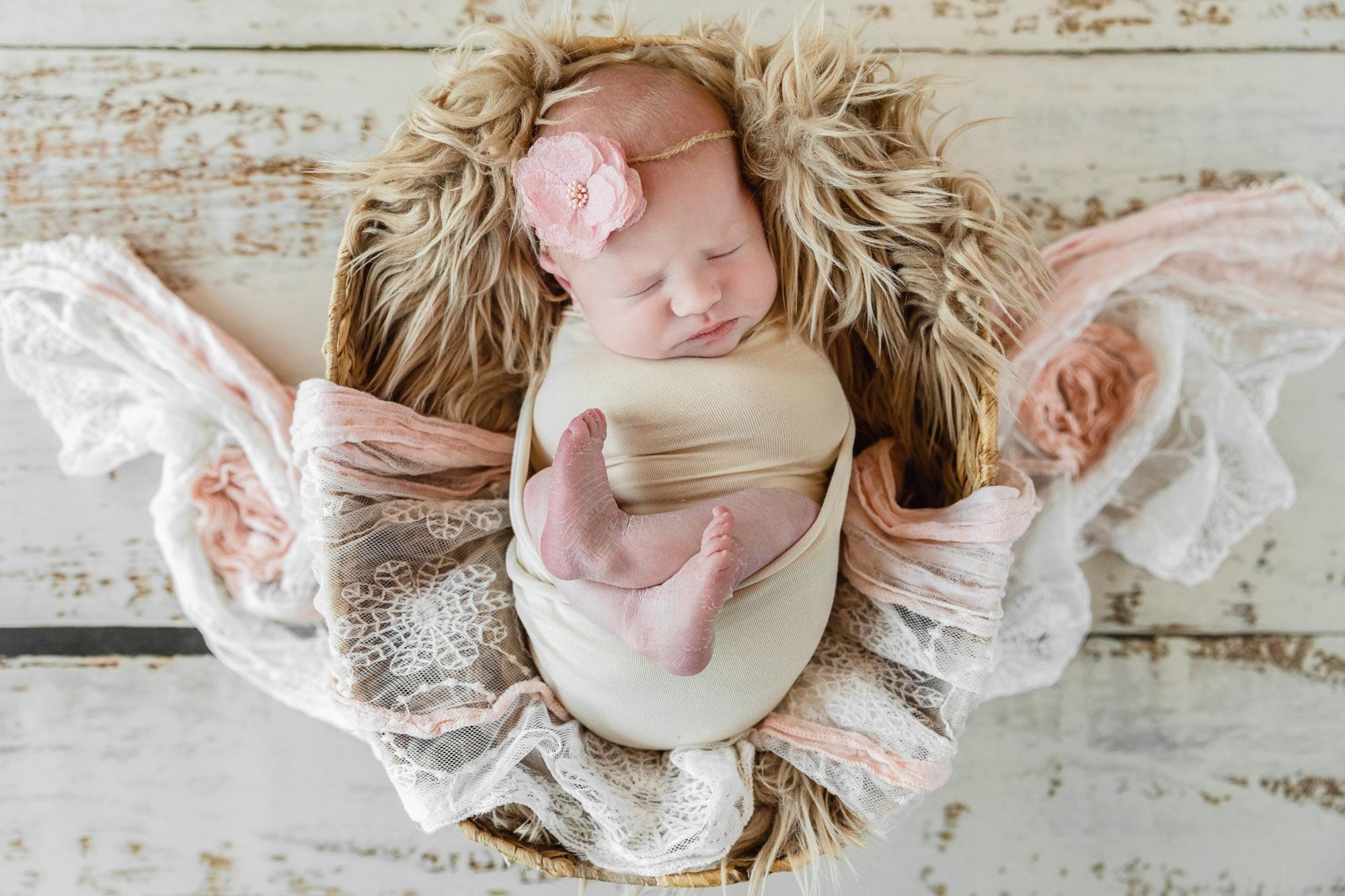 bébé fille endormi dans un panier