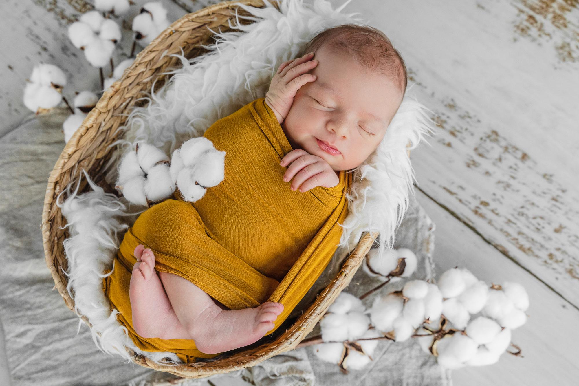 bébé endormi dans un panier en osier il souri dans son sommeil